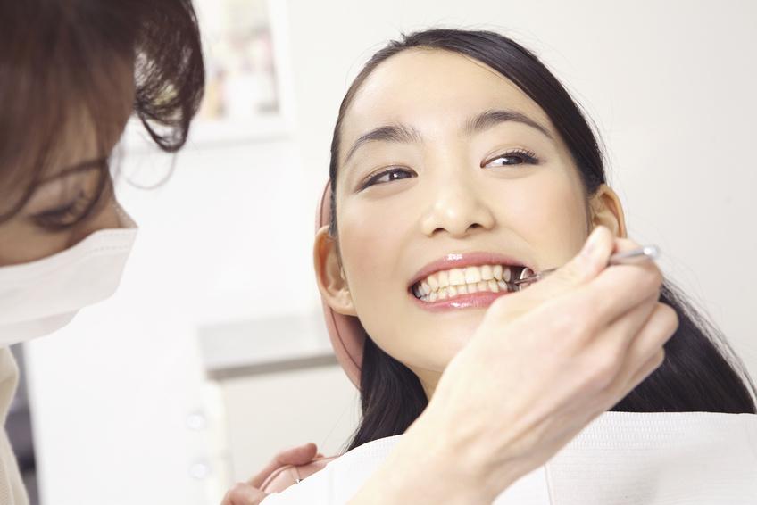 歯科検診を受ける女性